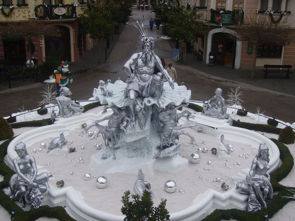 Neptunbrunnen Winter 2008.jpg